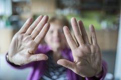 Mujer mayor con gesto de la parada fotografía de archivo