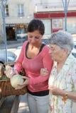 Mujer mayor con homecarer en el mercado imagen de archivo