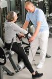 Mujer mayor con la ayuda del fisioterapeuta Fotografía de archivo