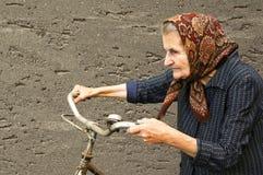Mujer mayor con la bici Fotografía de archivo libre de regalías