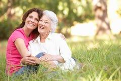 Mujer mayor con la hija adulta en parque Fotografía de archivo