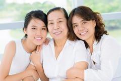Mujer mayor con la hija y la nieta Imágenes de archivo libres de regalías