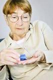 Mujer mayor con la medicación Foto de archivo libre de regalías