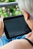 Mujer mayor con la tableta Fotos de archivo libres de regalías