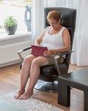 Mujer mayor con la tableta imagen de archivo libre de regalías