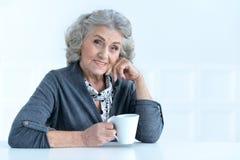 Mujer mayor con la taza de café fotos de archivo