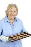 Mujer mayor con las galletas de viruta de chocolate Imagen de archivo
