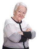 Mujer mayor con las manos cruzadas imagenes de archivo