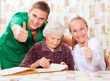 Mujer mayor con los doctores jovenes Imagen de archivo