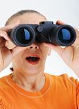 Mujer mayor con los prismáticos fotos de archivo