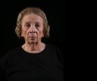 Mujer mayor con mirada seria en su cara imagen de archivo