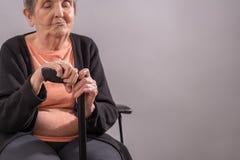 Mujer mayor con su bastón Fotos de archivo