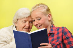 Mujer mayor con su cuidador. Foto de archivo