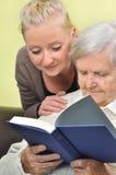 Mujer mayor con su cuidador. Imagenes de archivo