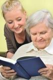 Mujer mayor con su cuidador. Imágenes de archivo libres de regalías