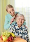 Mujer mayor con su cuidador Foto de archivo