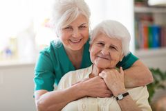 Mujer mayor con su cuidador femenino fotos de archivo