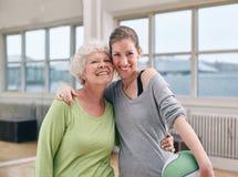 Mujer mayor con su instructor personal en el gimnasio Fotografía de archivo