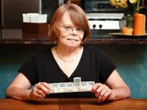 Mujer mayor con suplementos diarios Foto de archivo libre de regalías
