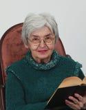 Mujer mayor con un libro Foto de archivo libre de regalías