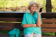 Mujer mayor con un teléfono Fotografía de archivo