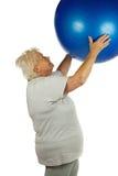 Mujer mayor con una bola del ajuste Imagenes de archivo