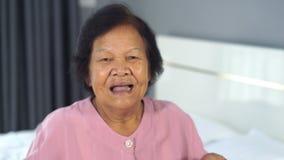 Mujer mayor con una expresión sorprendida almacen de video