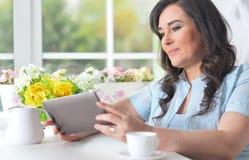 Mujer mayor con una tableta Imágenes de archivo libres de regalías