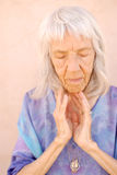 Mujer mayor conmovedora Imagen de archivo