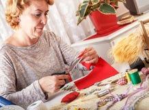 Mujer mayor creativa que hace los ornamentos Imágenes de archivo libres de regalías