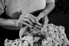 Mujer mayor Crocheting una manta del bebé fotografía de archivo libre de regalías
