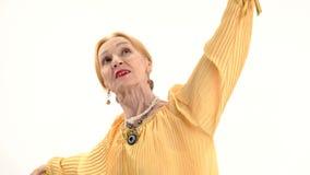 Mujer mayor de baile aislada almacen de metraje de vídeo