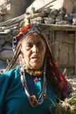 Mujer mayor de Brokpa/de Drokpa en Dha, la India Imágenes de archivo libres de regalías