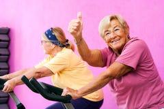 Mujer mayor de la aptitud que hace los pulgares para arriba Imagen de archivo libre de regalías