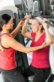 Mujer mayor de la ayuda personal del amaestrador en la gimnasia imagenes de archivo
