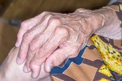 Mujer mayor de la mano Fotos de archivo