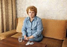Mujer mayor de la señora con las píldoras de la medicación. Foto de archivo