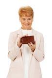 Mujer mayor de la sonrisa que sostiene la cartera Imagen de archivo libre de regalías