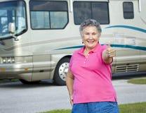 Mujer mayor de rv - pulgares para arriba Foto de archivo