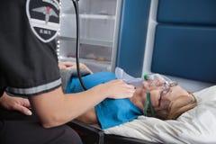 Mujer mayor del pulso en ambulancia Fotos de archivo libres de regalías