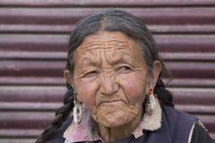 Mujer mayor del retrato en la calle en Leh, Ladakh La India Imagenes de archivo