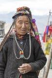 Mujer mayor del retrato en la calle en Leh, Ladakh La India Fotos de archivo libres de regalías