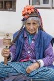 Mujer mayor del retrato en la calle en Leh, Ladakh La India Fotos de archivo