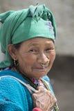 Mujer mayor del retrato en la calle en Leh, Ladakh La India Foto de archivo