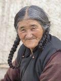 Mujer mayor del retrato en la calle en Leh, Ladakh La India Foto de archivo libre de regalías