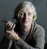 Mujer mayor del retrato en la iluminación de Rembrandt Imagenes de archivo