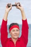 Mujer mayor deportiva del retiro activo Fotos de archivo
