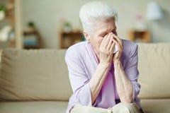 Mujer mayor desesperada Fotos de archivo libres de regalías