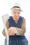 Mujer mayor discapacitada con la muleta dentro Fotos de archivo