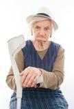Mujer mayor discapacitada con la muleta dentro Foto de archivo libre de regalías